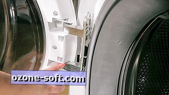 आसान पहुँच के लिए अपने फ्रिज, वॉशिंग मशीन या ड्रायर के दरवाजे को पलटें